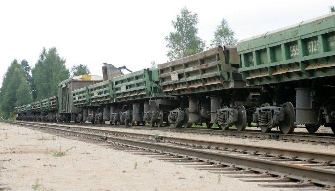 26.08.2009. Mārcienas dzelzceļa stacijas atklāšanas pasākuma laikā vagonos tiek iekrautas pirmās kravas, kuras nosūtīs patērētājam.