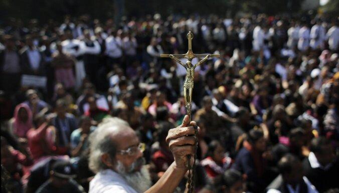 Foto: Pēc baznīcas nodedzināšanas Deli ielās protestē kristieši