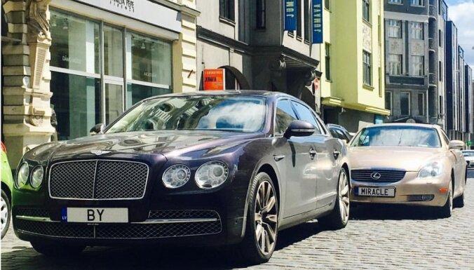 'Bet vai nauda jums ir?' pēc avārijas Rīgā prasa 'Bentley' vadītājs