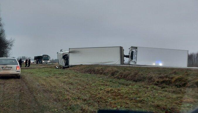 Uz Rīga-Daugavpils autoceļa apgāzusies kravas automašīna