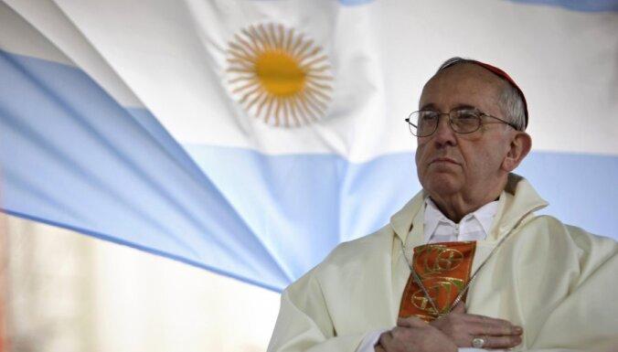 Vatikāns noliedz jaunā pāvesta bezdarbību Argentīnas militārās huntas nolaupīto jezuītu priesteru lietā
