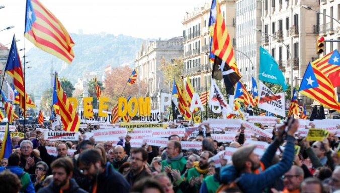 Katalāņu protestētāji bloķē ceļus ap Barselonu