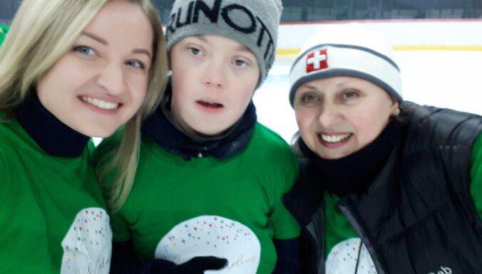 Нужна поддержка! Латвийский тренер ставит на коньки детей с ДЦП и синдромом Дауна