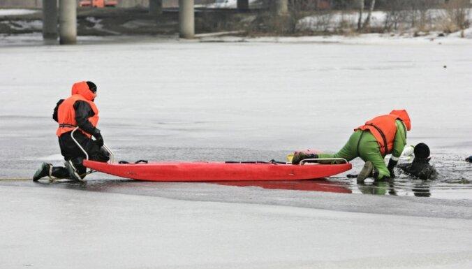 Ceturtdien glābēji no ūdenstilpēm izcēluši četrus bojāgājušos