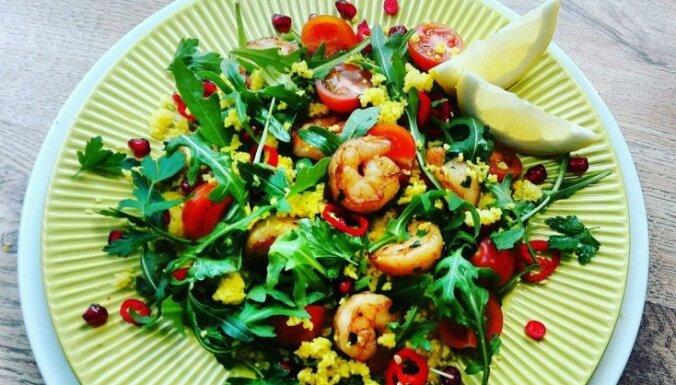 Izsmalcinātie garneļu salāti ar citronu kuskusu, rukolu un ķirštomātiem