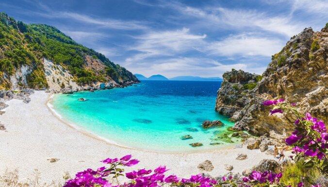 Deviņas brīnumainas vietas, kurās iespējams veldzēties neticami dzidrā ūdenī