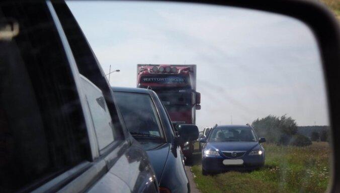 Kā tiek apbraukts sastrēgums uz Jūrmalas šosejas