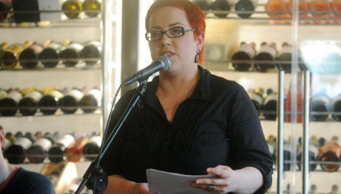 Tikumības sardzē: Ģimnāzijā Rīgā skolotāju vadība sarāj par dzejoļa 'Svētīgi' analīzi