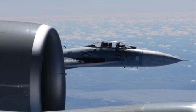 Опубликованы фото сближения российского Су-27 с самолетом-разведчиком США