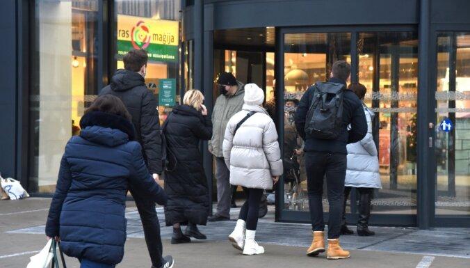 Rīgā pirmssvētku sastrēgumi; ļaudis plūst uz lielveikaliem (plkst.18:00)