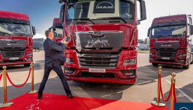 Foto: Jaunais 'MAN TGX' kravas auto nonāk pie pirmā klienta Latvijā