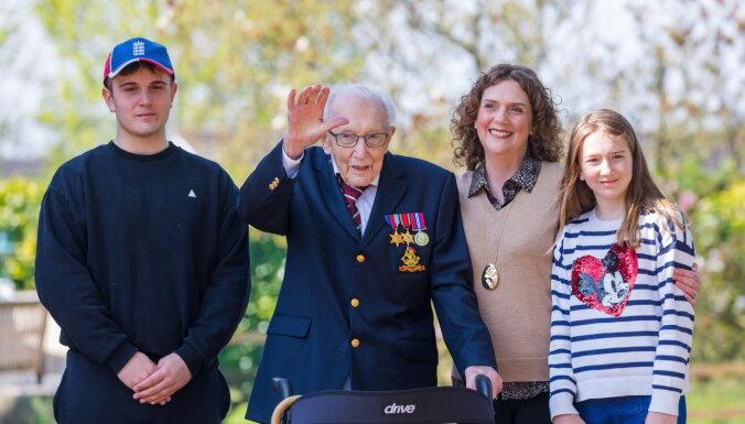 Британский ветеран Том Мур, собравший миллионы для врачей, оказался в больнице с Covid-19