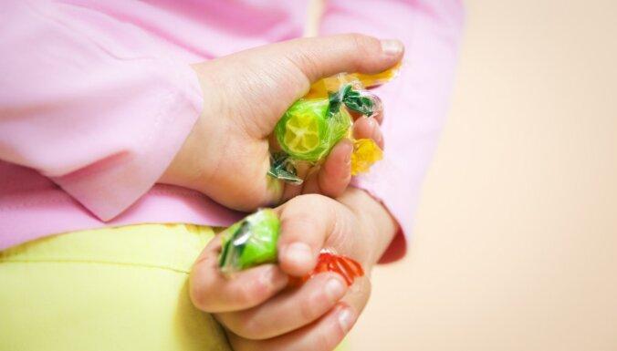 Pētījums: bērni biežāk ēd saldumus un pusfabrikātus, nevis augļus un graudaugus