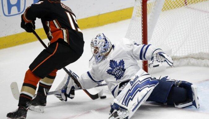 'Maple Leafs' uzvar pār 'Ducks' un pārņem vadību NHL kopvērtējumā