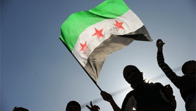 No Sīrijas aizbēgušais Asadam tuvais gvardes komandieris dodas uz Franciju
