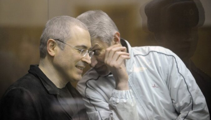 Maskavā turpinās sprieduma nolasīšana Hodorkovskim