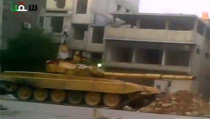 Sīrijas valdība sāk izvest bruņutehniku no dumpīgajām pilsētām