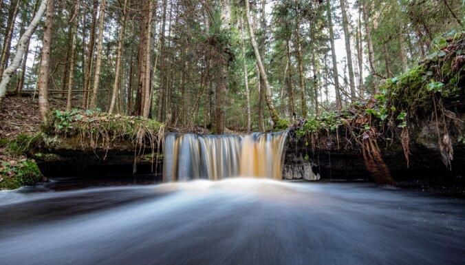 Maz zināmais Oļupītes ūdenskritums, kas pārsteidz ar ūdeni 'aprijošu' plaisu