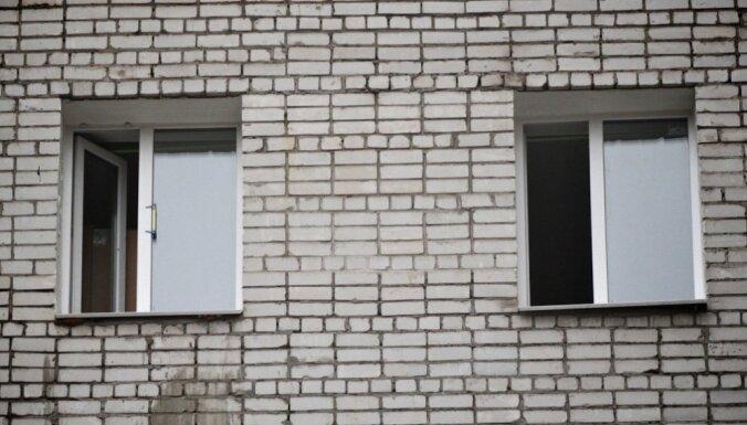 Спасаясь от пожара, в Вентспилсе выпрыгнула из окна мать с дочерью