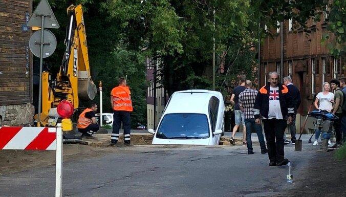 ФОТО. В Пардаугаве в яму снова провалился автомобиль