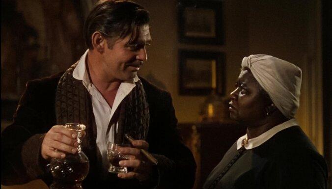 Rasu aizspriedumu dēļ no 'HBO Max' repertuāra izņemta slavenā filma 'Vējiem līdzi'
