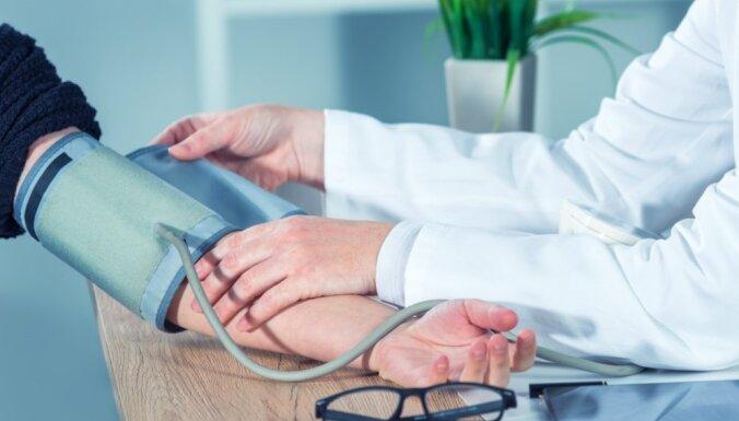 Kādi ir augsta asinsspiediena cēloņi un kā mājas apstākļos to pareizi izmērīt
