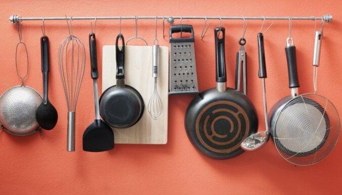 Kausi, karotes un lāpstiņas – kur un kā ērti glabāt virtuves piederumus