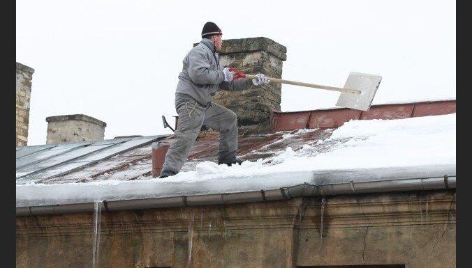 No jumta krītošs sniega gabals atkal traumē gājēju