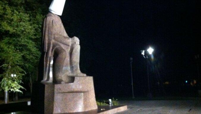 Nakts aizsegā vandaļi uzmaukuši spaini galvā Raiņa piemineklim