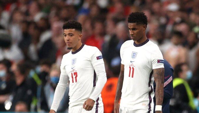 'Euro 2020': Anglijā nosoda rasistiskos izteikumus pret neveiksmīgo 'pendeļu' izpildītājiem