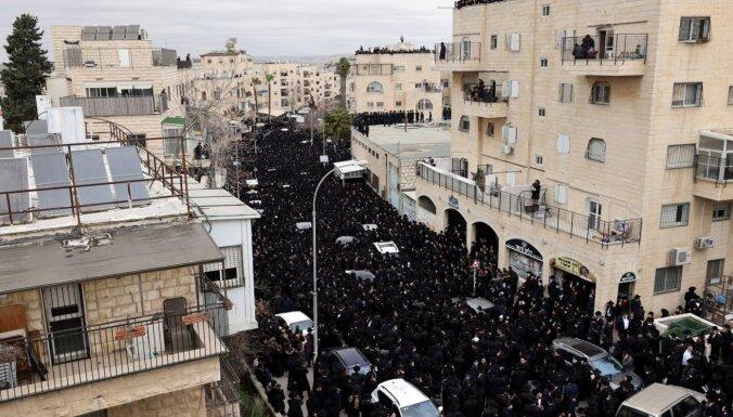 Foto: Ebreju jūra Jeruzalemē atvadās no Covid-19 aizsaukta garīgā līdera