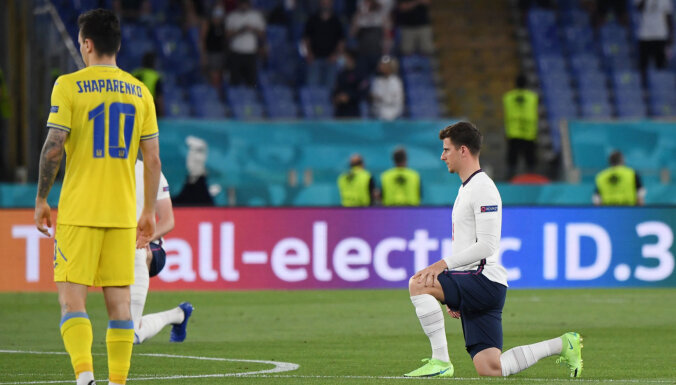 Немцы вставали на колено перед игрой с Англией, украинцы — нет