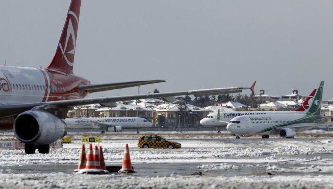 Lielā sniega dēļ Turcijā atceļ simtiem avioreisu
