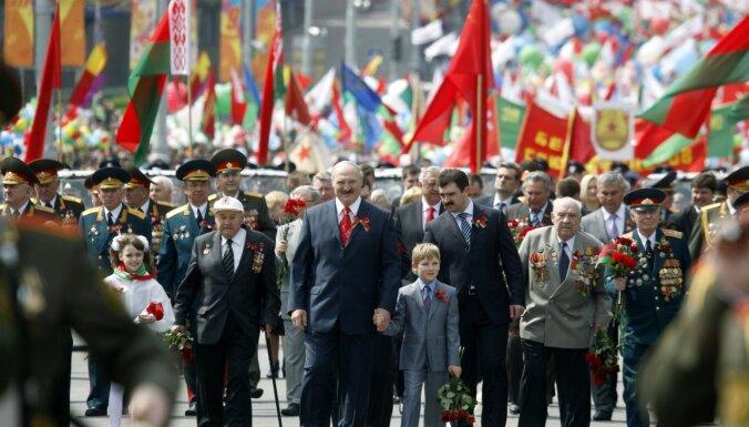 Коронавирус в мире: Беларусь проведет парад 9 мая; Германия открывает церкви