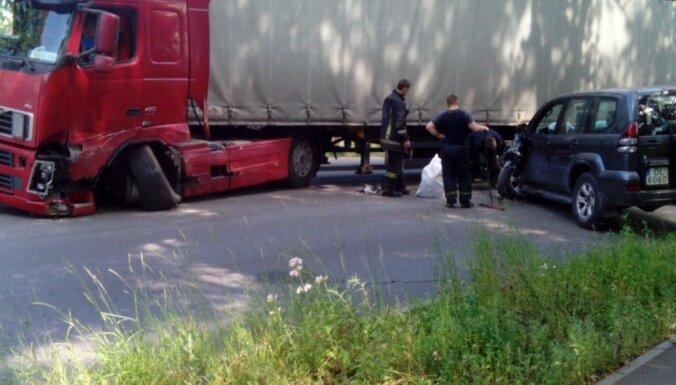 Rīgā automašīna saskrienas ar kravas auto; Graudu ielā daļēji atjauno satiksmi