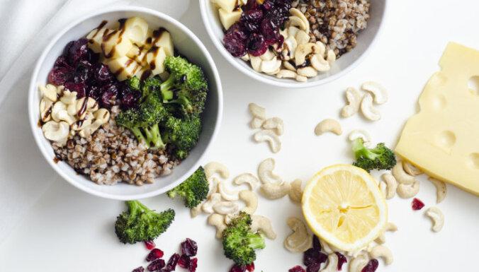 Sātīgā brokoļu, griķu un siera bļodiņa