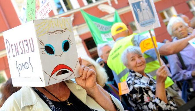 ВИДЕО: Солвита Аболтиня передразнивает протестующих пенсионеров