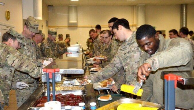Foto: ASV karavīri Ādažu garnizonā svin Pateicības dienu