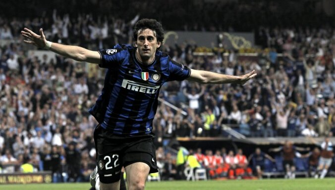 epa02169044 Inter Milan's Diego Milito celebrates after scoring the 2-0 lead during the UEFA Champions League final between Bayern Munich and Inter Milan at the Santiago Bernabeu stadium in Madrid, Spain, 22 May 2010.  EPA/KERIM OKTEN NO MOBILE DEVICES