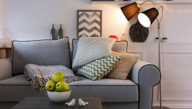 Kompakta iekārtojuma ideja – dīvāna galdi un to variācijas viesistabas interjeros