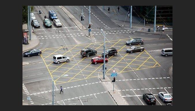 На перекрестках Вильнюса появилась необычная желтая разметка