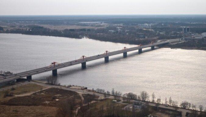 На Южном мосту в результате аварии грузовика рассыпалось зерно