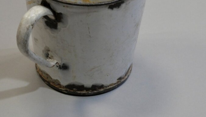 Aušvicas koncentrācijas nometnē krūzē atrod 70 gadus vecu dārgumu