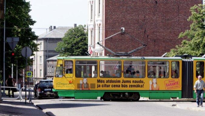 Liepājā pusaudzis nokrīt no tramvaja sakabes, Jelgavā uzbrauc septiņus gadus vecam velosipēdistam