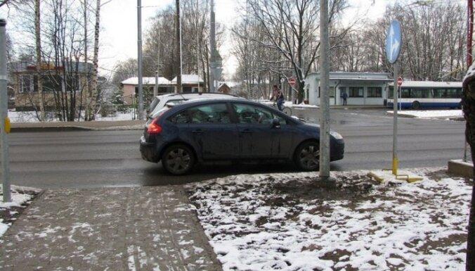Vienības gatvē notikusi trīs automašīnu sadursme; cietušo nav
