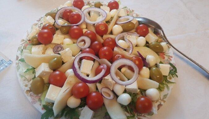 Bumbieru salāti ar fetas sieru, tomātiem un olīvām