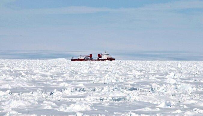 Antarktikā ledū iestrēdzis krievu zinātnieku kuģi glābušais Ķīnas ledlauzis