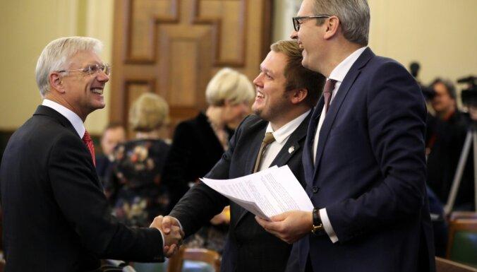 Pēc debatēm dienas garumā Saeima pieņem budžetu pirmajā lasījumā