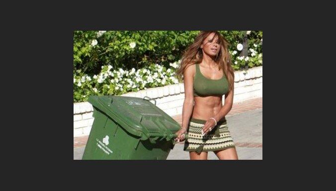 """Baywatch"" zvaigzne cīnās ar atkritumiem"