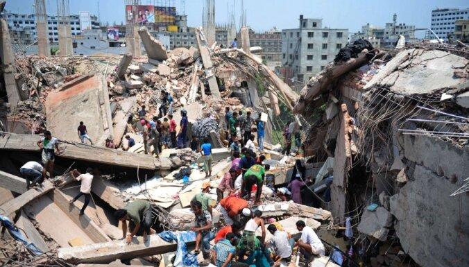 Bangladešā sagrūst astoņus stāvus augsta ēka; vismaz 124 bojāgājušie (15:15)